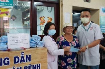 Phát Khẩu Trang Miễn Phí Cho Bệnh Nhân Và Thân Nhân Đang Điều Trị Ngoại Trú Tại Bệnh Viện