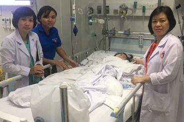 """Người mẹ Sài Gòn bất lực nhìn con gái bị xe tải cán lìa chân: """"Cô ơi, sao con giơ chân được đến đây vậy?"""""""