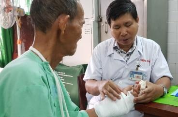 Lần đầu tiên ở Việt Nam nối mạch máu không cần kim khâu